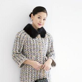Clothing, White, Black, Outerwear, Sleeve, Neck, Collar, Fur, Pattern, Blazer,