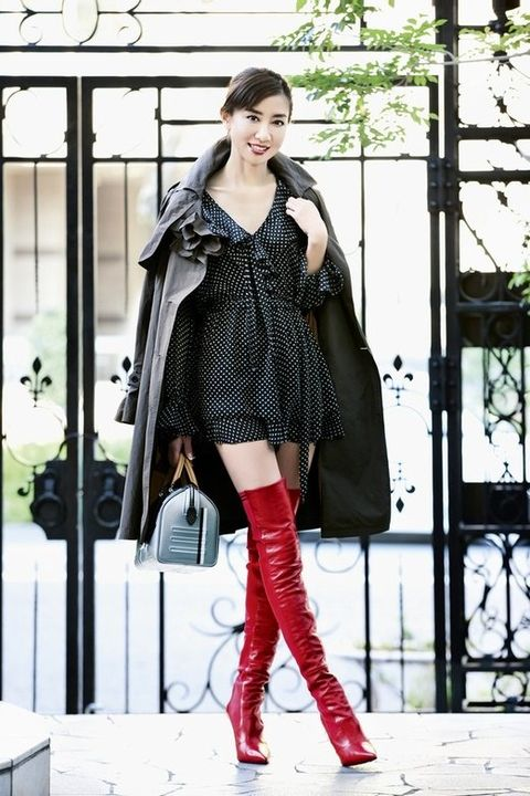 Clothing, Street fashion, Fashion model, Fashion, Knee-high boot, Footwear, Outerwear, Knee, Boot, Snapshot,