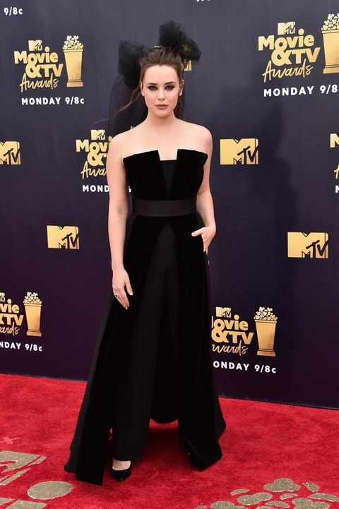 Red carpet, Carpet, Clothing, Dress, Flooring, Shoulder, Premiere, Hairstyle, Fashion, Joint,