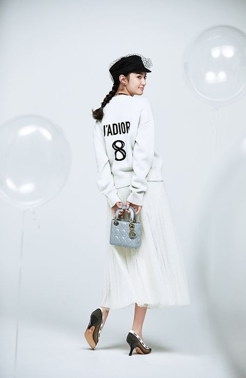 Sleeve, Shoulder, Joint, Human leg, Cap, T-shirt, Style, Knee, Street fashion, Fashion accessory,