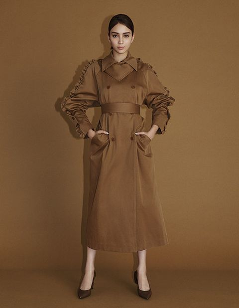 Trench coat, Clothing, Coat, Overcoat, Outerwear, Fashion, Standing, Duster, Fashion design, Sleeve,
