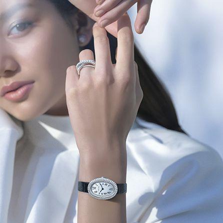 Skin, Beauty, Hand, Bracelet, Lip, Fashion accessory, Finger, Wrist, Jewellery, Eye,