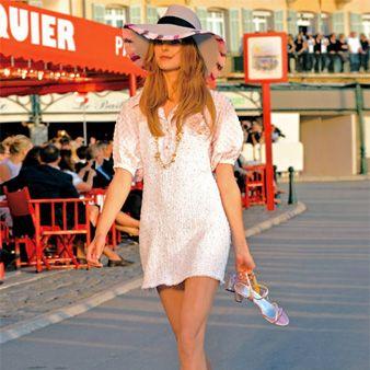 Leg, Human body, Human leg, Hat, Shoulder, Dress, Joint, Style, Street fashion, One-piece garment,