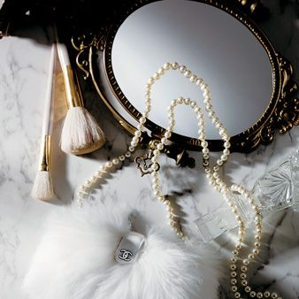 Jewellery, Natural material, Headgear, Fashion accessory, Body jewelry, Metal, Fur, Necklace, Pearl, Silver,
