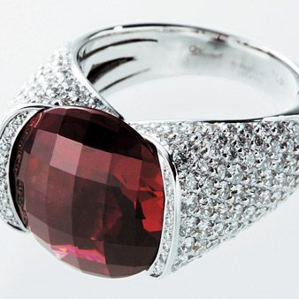 Product, Glass, Reflection, Red, Pink, Amber, Transparent material, Carmine, Magenta, Maroon,
