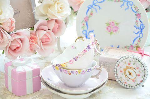 Serveware, Dishware, Petal, Porcelain, Pink, Peach, Flowering plant, Saucer, Teacup, Tableware,