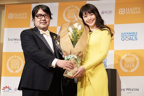 Yellow, Award, Award ceremony, Event, Formal wear, Suit, Businessperson,