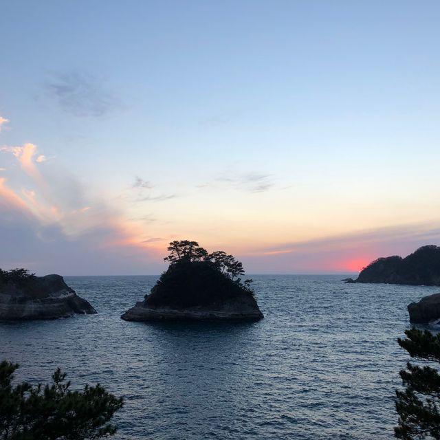 Sky, Body of water, Natural landscape, Ocean, Sea, Sunset, Cloud, Horizon, Rock, Coastal and oceanic landforms,