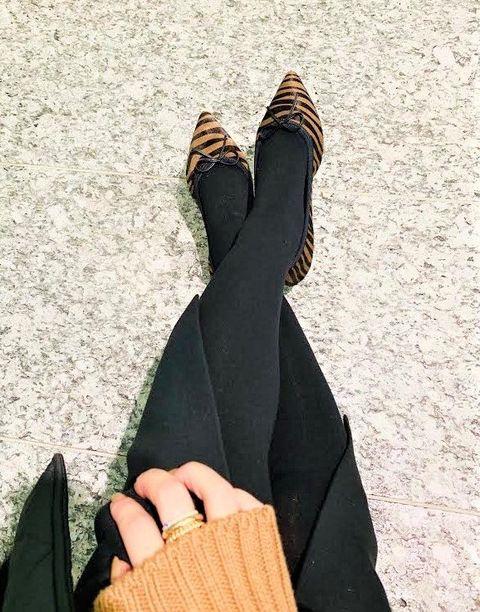 Finger, Leg, Arm, Hand, Joint, Foot, Glove, Abaya, Ankle, Human leg,