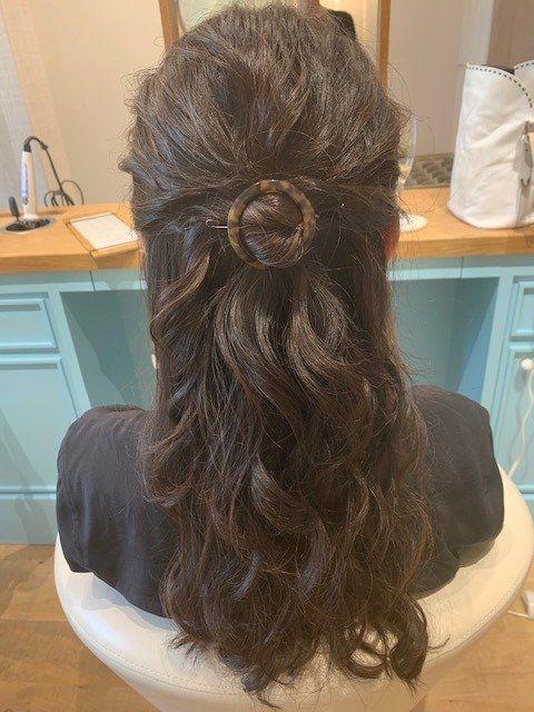 Hairstyle, Style, Wood flooring, Hardwood, Long hair, Laminate flooring, Artificial hair integrations, Interior design, Paper towel, Wood stain,