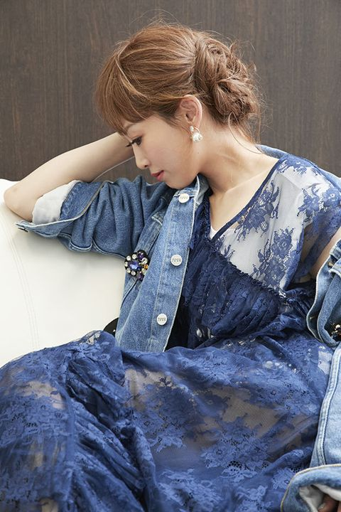 Denim, Jeans, Clothing, Blue, Hairstyle, Textile, Fashion, Shoulder, Fashion design, Long hair,