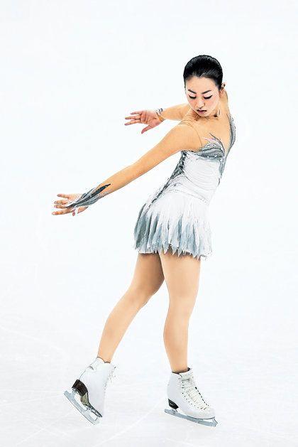 Figure skate, Figure skating, Ice skating, Beauty, Leg, Ice skate, Recreation, Ice dancing, Skating, Shoulder,