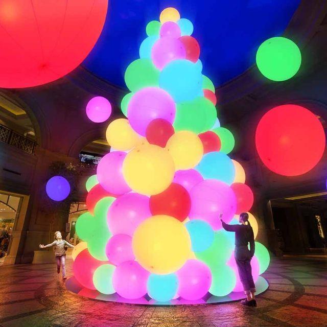 Christmas tree, Christmas decoration, Light, Tree, Lighting, Balloon, Sky, Interior design, Fête, Christmas lights,