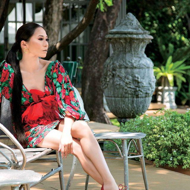 Sitting, Beauty, Fashion, Leisure, Leg, Lip, Botany, Photo shoot, Dress, Shoulder,