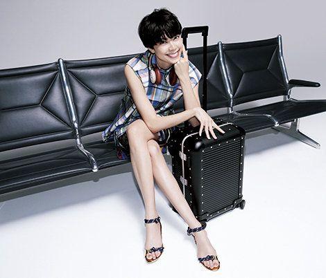 Leg, Sitting, Shoulder, Joint, Furniture, Thigh, Human leg, Arm, Human body, Laptop,