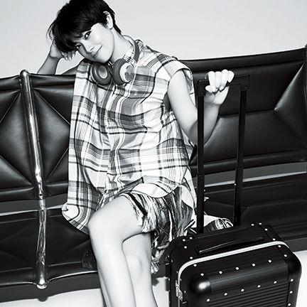 Baggage, Shoulder, Fashion, Leg, Photo shoot, Model, Black-and-white, Joint, Design, Automotive design,