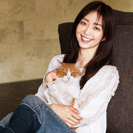 Hair, White, Cat, Skin, Beauty, Head, Felidae, Small to medium-sized cats, Smile, Sitting,