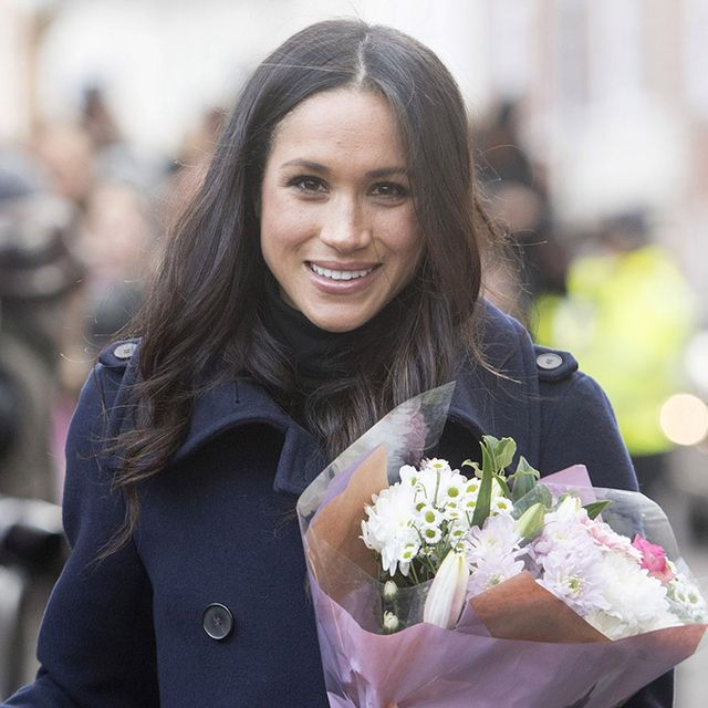 Hair, White, Facial expression, Bouquet, Beauty, Smile, Skin, Hairstyle, Floristry, Flower,
