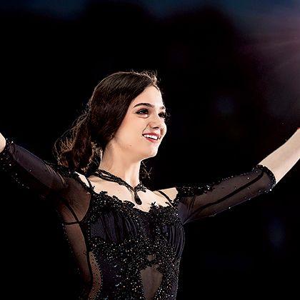 Performance, Performing arts, Music artist, Arm, Event, Gesture, Singer, Hand, Human body, Performance art,