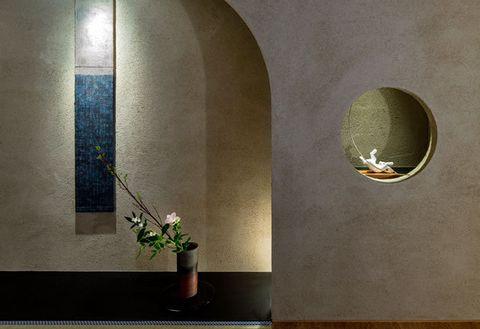Flowerpot, Wall, Artifact, Interior design, Houseplant, Flower Arranging, Vase, Brass, Still life photography, Artificial flower,