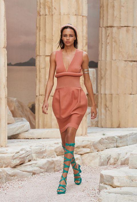 Clothing, Human, Leg, Human body, Human leg, Shoulder, Joint, Style, Waist, Knee,