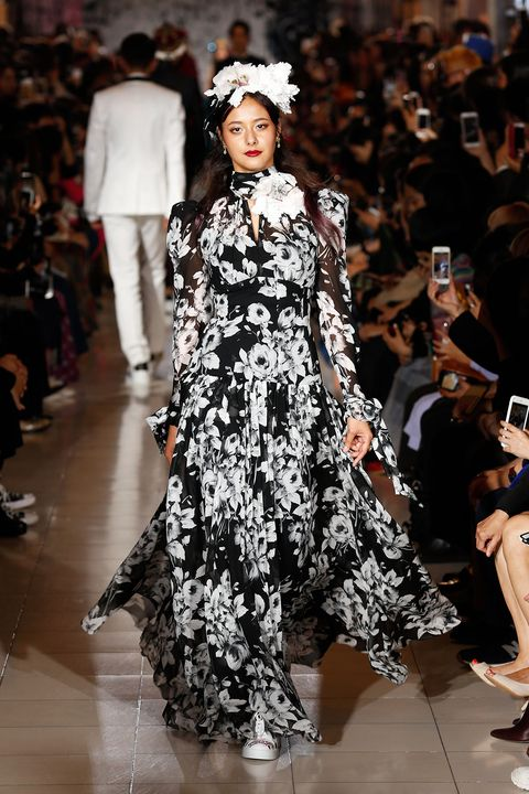 Fashion model, Fashion, Runway, Fashion show, Clothing, Haute couture, Dress, Event, Fashion design, Public event,