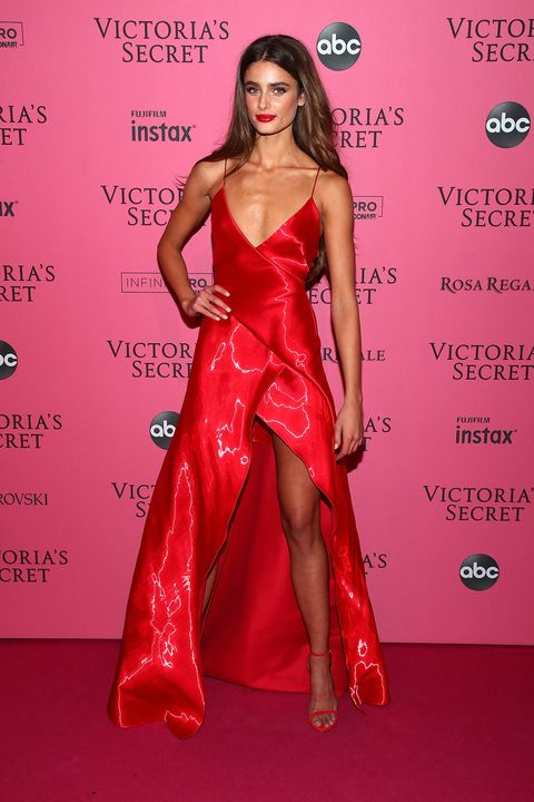 Clothing, Fashion model, Red, Dress, Red carpet, Carpet, Hairstyle, Fashion, Gown, Long hair,