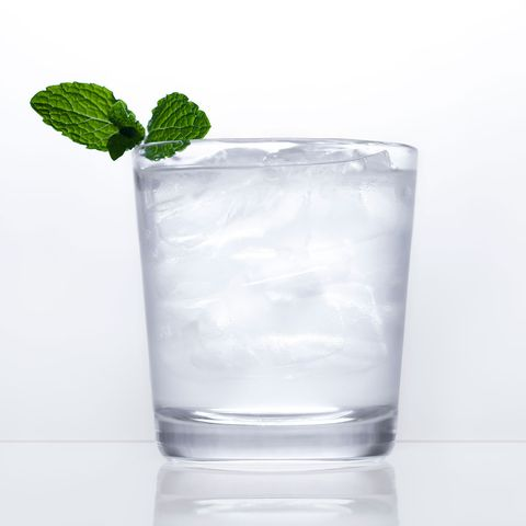 Highball glass, Drink, Alcoholic beverage, Vodka and tonic, Non-alcoholic beverage, Rickey, Distilled beverage, Glass, Ice cube, Tumbler,