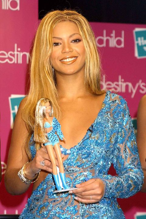 Hair, Hairstyle, Blond, Long hair, Eyelash, Singer, Event, Brown hair, Dress, Layered hair,