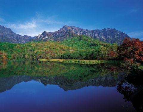Reflection, Nature, Body of water, Mountain, Sky, Natural landscape, Mountainous landforms, Lake, Water, Tarn,