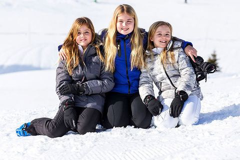 Snow, People, Winter, Playing in the snow, Social group, Fun, Friendship, Freezing, Youth, Smile,