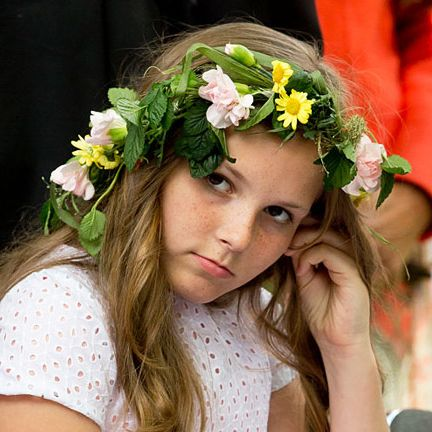 Hair, Headpiece, Beauty, Flower, Yellow, Hair accessory, Hairstyle, Floral design, Bouquet, Floristry,
