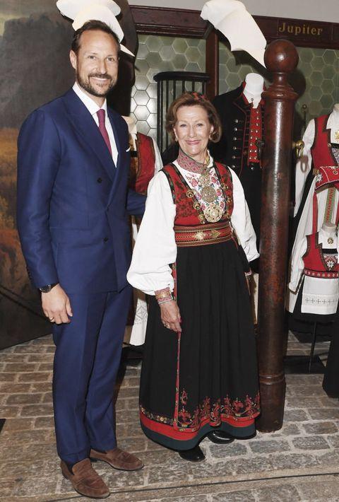 民族衣装を着たソニア王妃