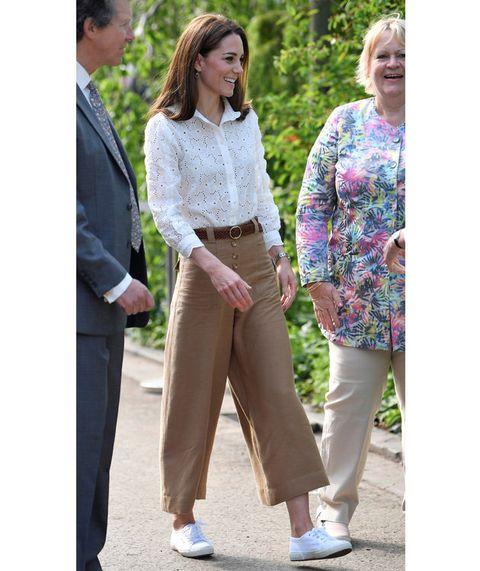 Clothing, Street fashion, Jeans, Fashion, Beige, Trousers, Footwear, Outerwear, Walking, Denim,