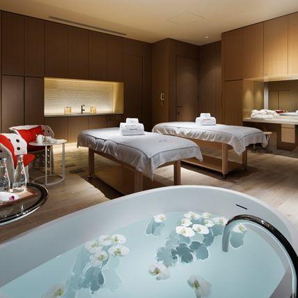 Room, Property, Suite, Interior design, Bathtub, Bedroom, Furniture, Building, Bathroom, Bed,