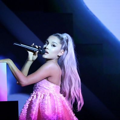 Performance, Entertainment, Singing, Performing arts, Music artist, Singer, Stage, Purple, Concert, Event,