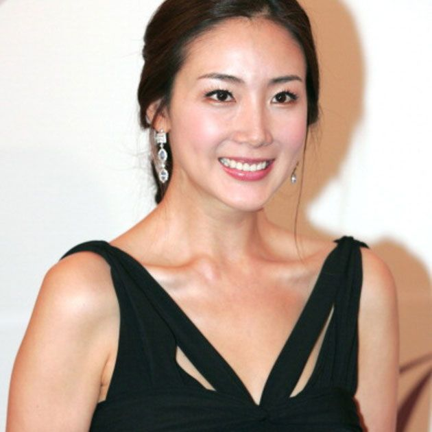Hair, Hairstyle, Beauty, Shoulder, Eyebrow, Chin, Dress, Smile, Cocktail dress, Little black dress,