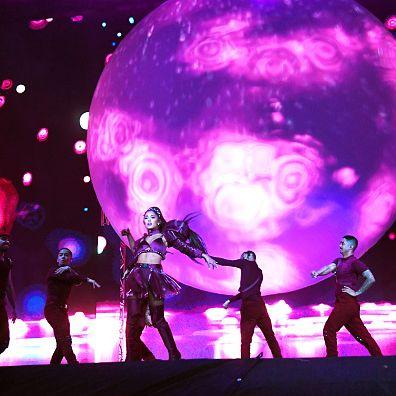 Performance, Stage, Entertainment, Pink, Purple, Light, Performing arts, Magenta, Concert, Violet,