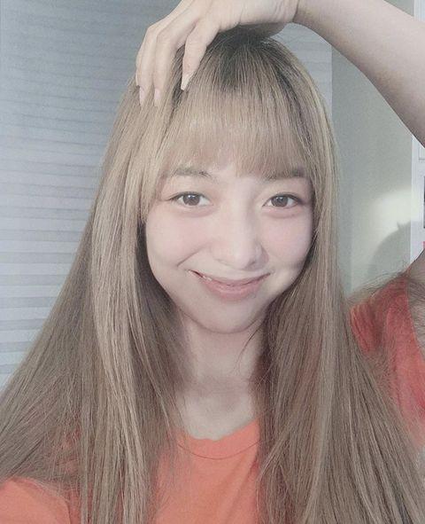 Hair, Face, Hairstyle, Eyebrow, Hair coloring, Blond, Forehead, Beauty, Long hair, Chin,