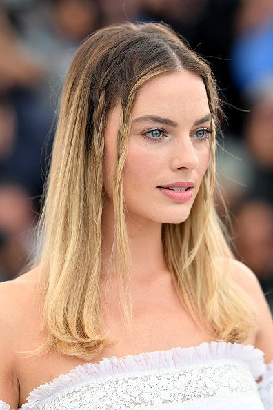 Hair, Face, Hairstyle, Eyebrow, Blond, Fashion, Beauty, Long hair, Shoulder, Lip,