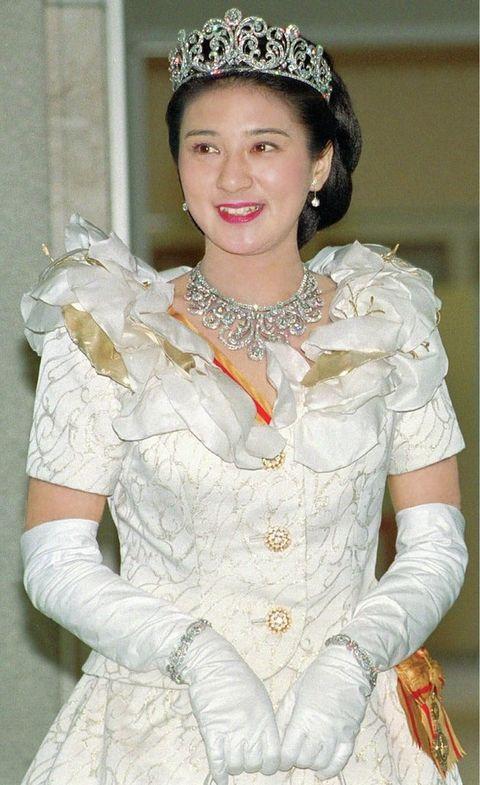 White, Clothing, Headpiece, Hairstyle, Glove, Fashion, Victorian fashion, Hair accessory, Headgear, Dress,