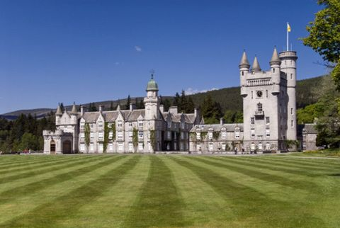 Estate, Landmark, Building, Property, Castle, Grass, Stately home, Mansion, Lawn, Architecture,