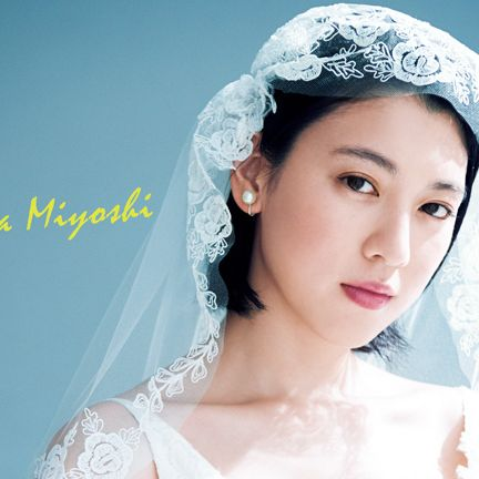 Headpiece, Bridal veil, Veil, Bridal accessory, Hair accessory, Skin, Beauty, Forehead, Fashion accessory, Bride,
