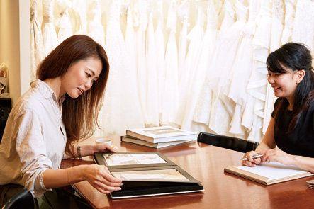 Conversation, Job, Sitting, Interior design, Learning, Room, Student, Employment, White-collar worker,