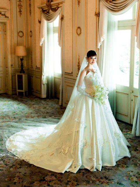 Clothing, Bridal clothing, Shoulder, Dress, Textile, Interior design, Photograph, Gown, Floor, Formal wear,