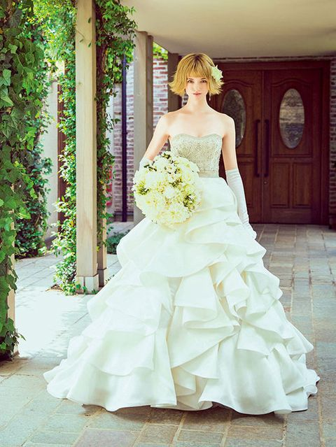Clothing, Human body, Bridal clothing, Dress, Shoulder, Textile, Photograph, Joint, Gown, White,