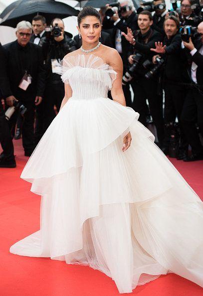 Red carpet, Dress, Fashion model, Clothing, Gown, Carpet, Shoulder, Fashion, Premiere, Flooring,