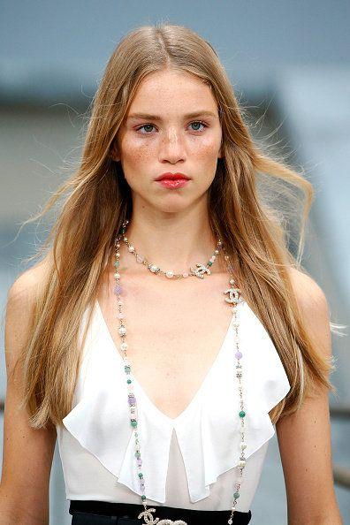 Hair, Hairstyle, Blond, Beauty, Fashion model, Fashion, Shoulder, Long hair, Model, Brown hair,