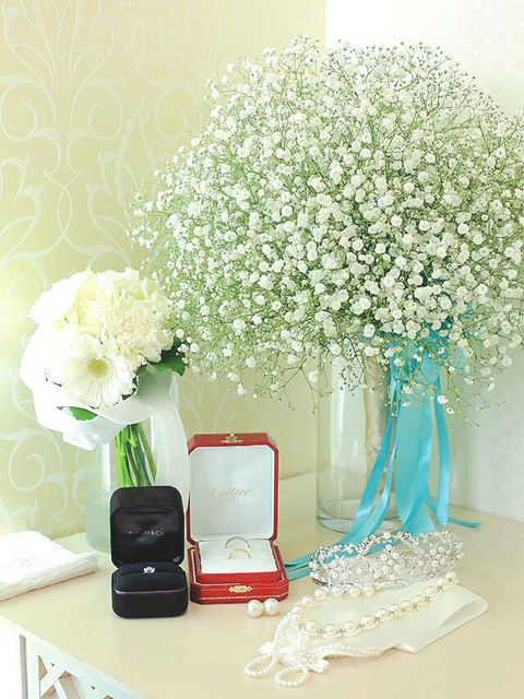 White, Green, Flower, Bouquet, Cut flowers, Plant, Room, Vase, Artificial flower, Table,