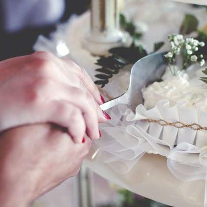 Wedding ceremony supply, Wedding cake, Buttercream, Cake decorating, Cake, Food, Icing, Floristry, Hand, Pasteles,